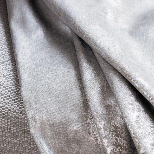 Cosmopolitan Koleksiyonundaki metalik platin zeminlerle birleen nil kumaa boyut kazandrarakhellip